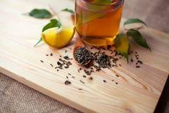 杯在土气木桌上的绿茶 免版税库存图片