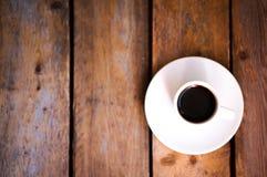 杯在土气木背景的新鲜的咖啡 库存照片