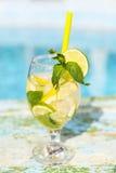 杯在土气木背景的自创柠檬水 免版税库存图片