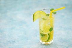 杯在土气木背景的自创柠檬水 库存图片