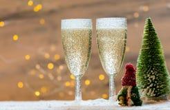 杯在圣诞灯背景的香槟  库存图片