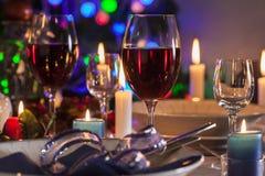 杯在圣诞节桌上的酒 免版税库存照片