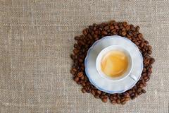 杯在堆的浓咖啡咖啡豆 库存照片