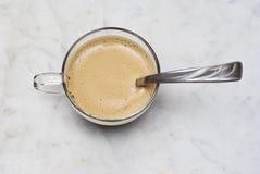 杯在大理石的意大利咖啡 免版税库存照片