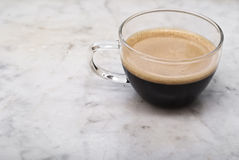 杯在大理石的意大利咖啡 免版税库存图片