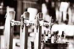 杯在客栈的啤酒在被弄脏的背景 图库摄影