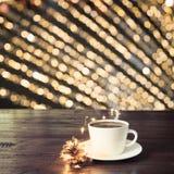 杯在木板的无奶咖啡在咖啡馆 作为背景的被弄脏的金诗歌选 背景圣诞节关闭红色时间 图库摄影