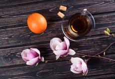 杯在木板的红茶和花木兰 免版税库存照片