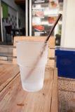 杯在木桌上的凉水 免版税库存图片