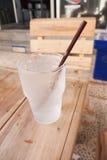 杯在木桌上的凉水 免版税图库摄影