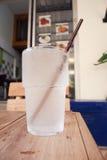 杯在木桌上的凉水 库存照片