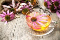 杯在木桌上的海胆亚目茶 免版税库存图片