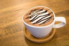 杯在木桌上的热巧克力 库存图片