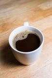 杯在木桌上的热的咖啡 图库摄影