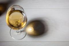 杯在木桌上的白葡萄酒 免版税库存图片