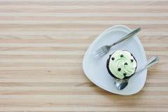 杯在木桌上的蛋糕在咖啡店 图库摄影