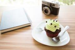 杯在木桌上的蛋糕在咖啡店 免版税库存照片