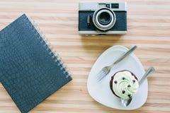 杯在木桌上的蛋糕在咖啡店 免版税库存图片