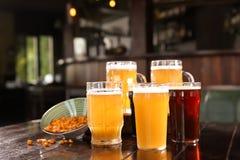 杯在木桌上的鲜美啤酒 库存图片