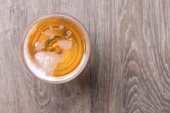 杯在木背景的啤酒 库存图片