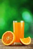 杯在木背景的新鲜的橙汁 免版税库存照片