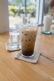 杯在木头的冷的咖啡 免版税图库摄影