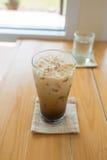 杯在木头的冷的咖啡 库存图片
