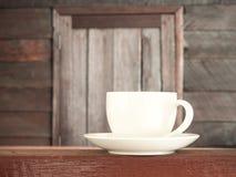 杯在木teble老木背景的咖啡 库存照片