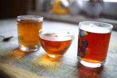 杯在村庄桌国家的热的红茶 库存图片