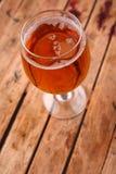 杯在条板箱的啤酒 库存图片