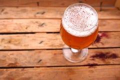 杯在条板箱的啤酒 免版税库存照片