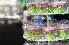 杯在架子的蛋糕甜点 免版税库存照片