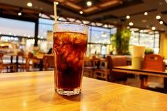 杯在桌上的冷的泡沫腾涌的饮料 免版税库存图片