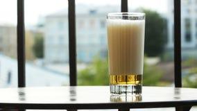 杯在桌上的啤酒在阳台 股票录像