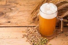 杯在桌上的家庭做的啤酒 免版税库存图片