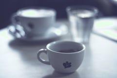 杯在桌上的新鲜的浓咖啡 免版税库存图片