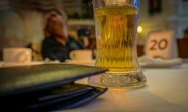 杯在桌上的液体特写镜头 免版税库存图片