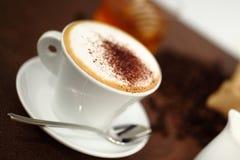 杯在桌上的热奶咖啡早餐 图库摄影
