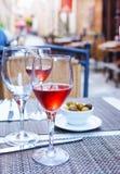 杯在桌上的玫瑰酒红色 库存照片