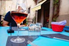 杯在桌上的玫瑰酒红色 免版税库存图片