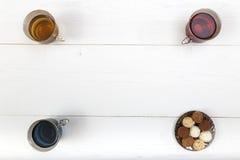 杯在桌上的红色,蓝色和绿茶 免版税库存照片