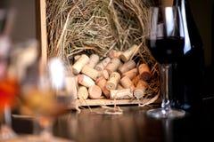 杯在桌上的红葡萄酒 免版税库存图片