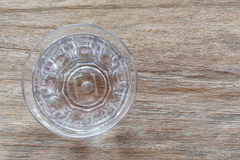 杯在桌上的纯净的被净化的矿物饮用水 免版税库存图片