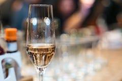杯在桌上的香槟在餐馆bokeh 图库摄影