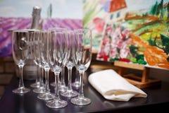 杯在桌上的香槟立场 库存照片