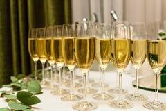 杯在桌上的香槟 库存图片