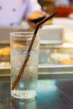 杯在桌上的水在餐馆 免版税库存图片