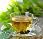 杯在桌上的绿茶 免版税库存照片