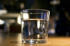 杯在桌上的水 图库摄影