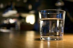 杯在桌上的水 库存照片